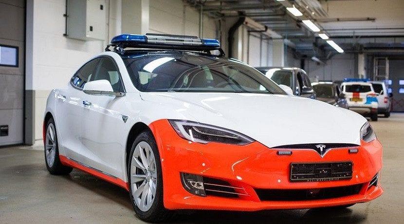frontal del Tesla Model S policía
