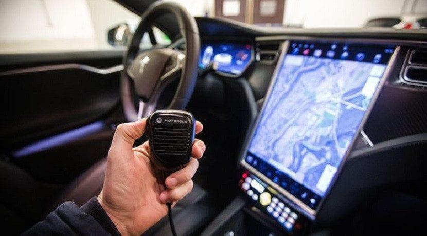 Radio del Tesla Model S policía