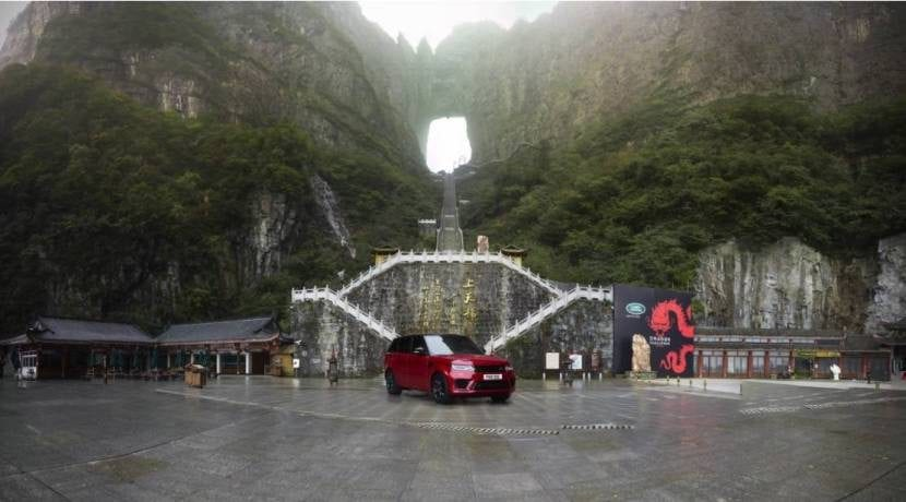 Land Rover Range Rover Sport P400e escala la Puerta del Cielo