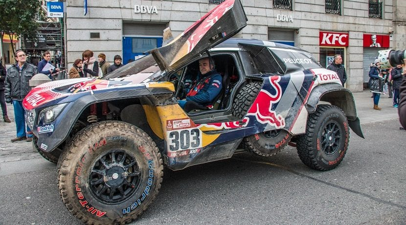 carlos sainz conduce su peugeot 3008 dkr maxi en las calles de madrid. Black Bedroom Furniture Sets. Home Design Ideas