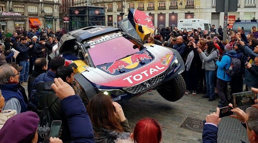 Carlos Sainz Peugeot 3008 DKR Maxi a dos ruedas en la Puerta del Sol, Madrid