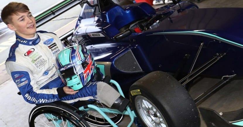 Billy Monger en su silla de ruedas junto a su monoplaza
