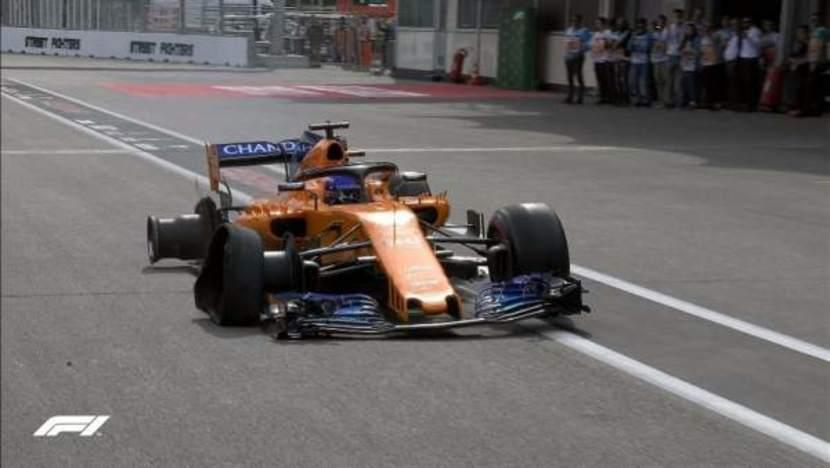 Fernando Alonso con dos ruedas en el MCL33