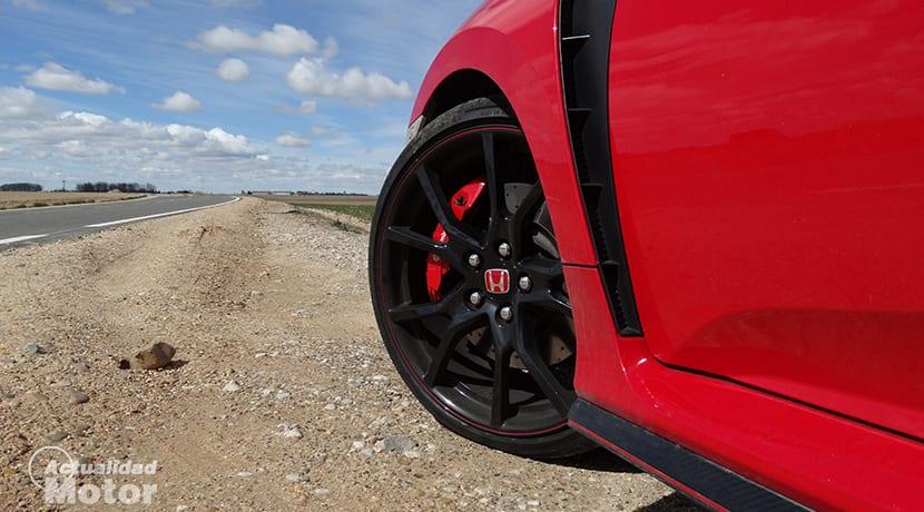 Prueba Honda Civic Type R detalle llantas, frenos y salida de aire