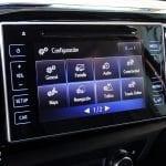 Prueba Toyota Hilux detalles interiores pantalla infoentretenimiento