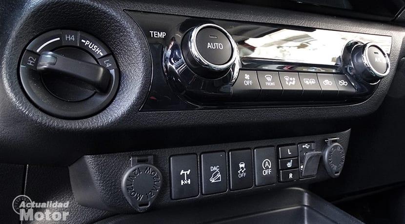 Prueba Toyota Hilux mandos consola central
