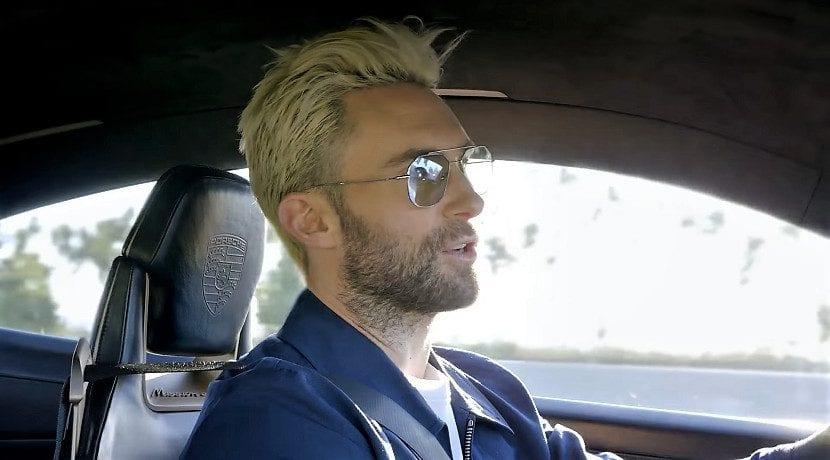 Alam Levine de Maroon 5 conduciendo el Porsche Mission E