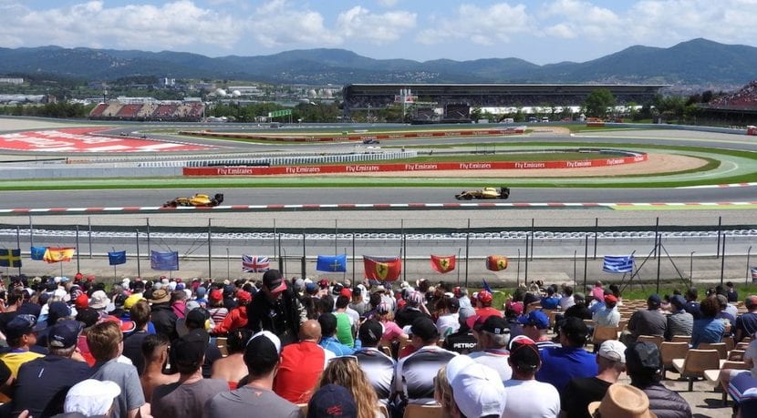 Grada del GP de España con banderas