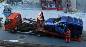 Grúa llevándose un coche