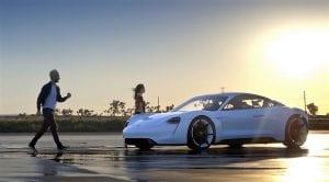 Alam Levine cantante de Maroon 5 prueba el Porsche Mission e