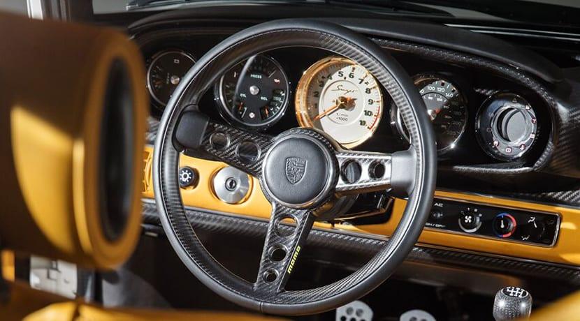 Interior del Porsche 911 964 preparado por Singer y Williams con 507 CV