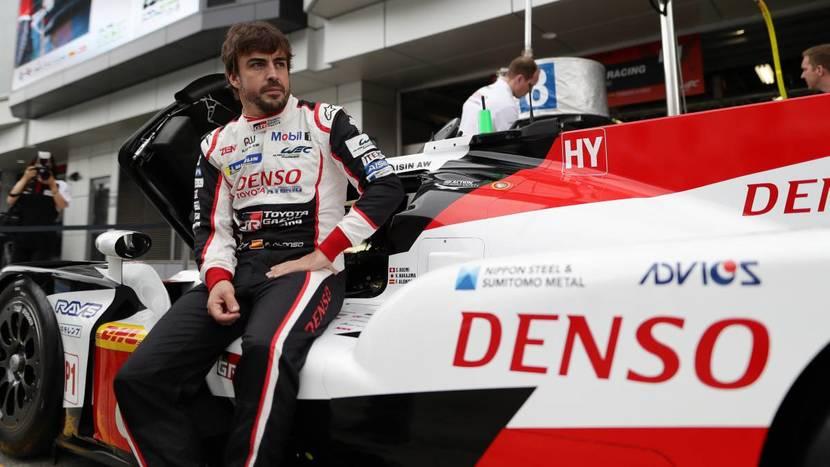 Alonso sentado en el Toyota TS050