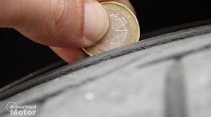 Comprobar la profundidad del dibujo de un neumático con una moneda