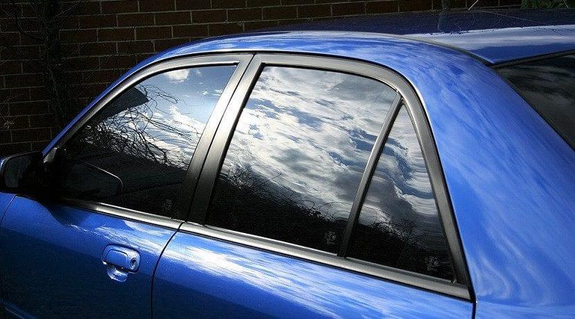 Deja reposar la mezcla un rato para limpiar el cristal del coche