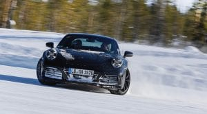 Porsche 911 en desarrollo drift en la nieve