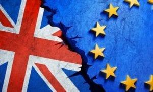 Bandera Inglesa y Europea con grieta por la mitad