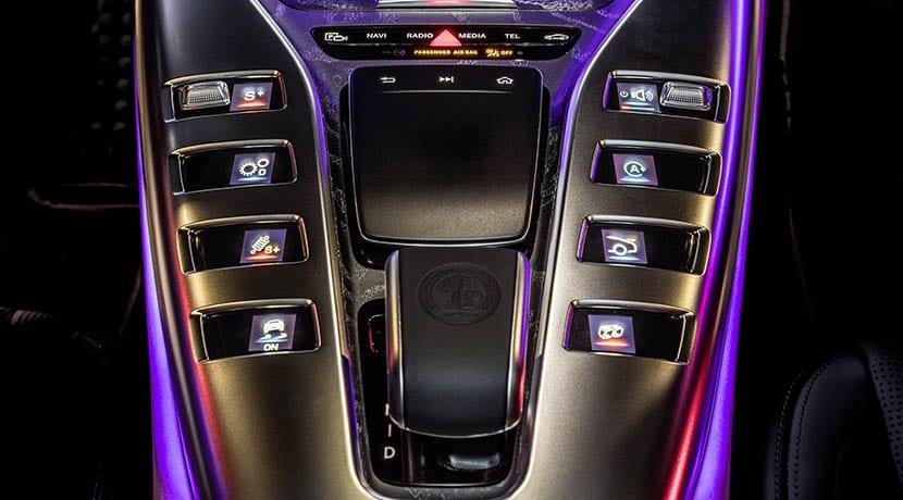 Botones táctiles con pantalla TFT de la consola central del Mercedes-AMG GT 4 puertas