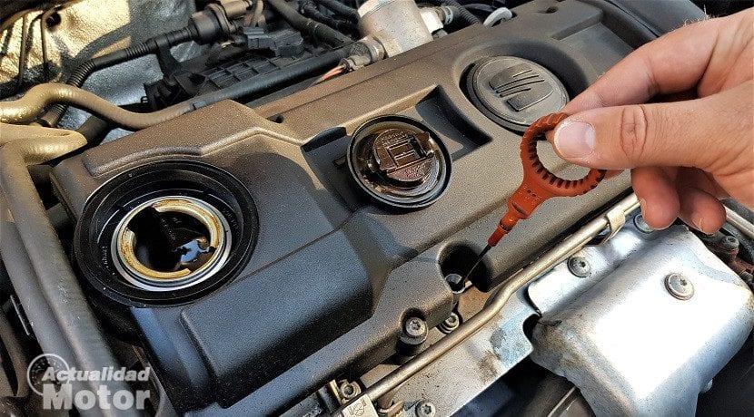 Quitar el tapón y la varilla para que salga bien el aceite de motor