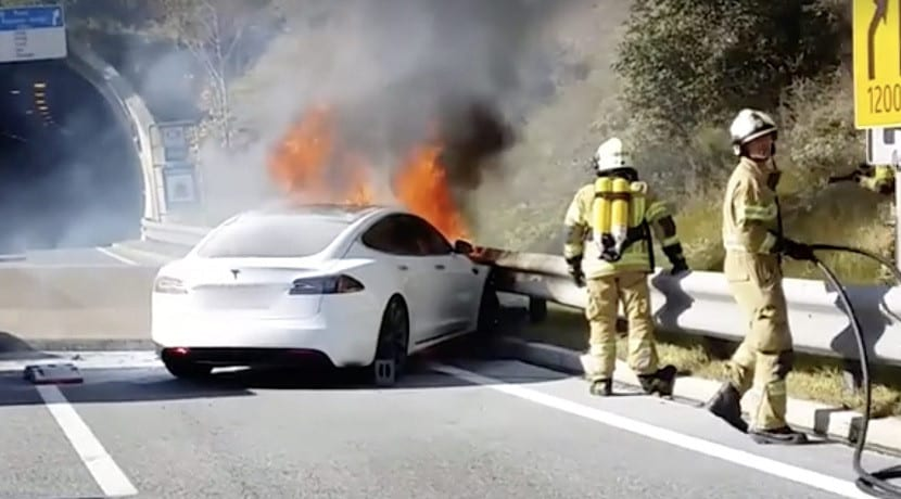 Tesla Model S incendiado porque le dispararon en las baterías
