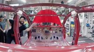 Vídeo a cámara rápida del Montaje de un Tesla Model 3