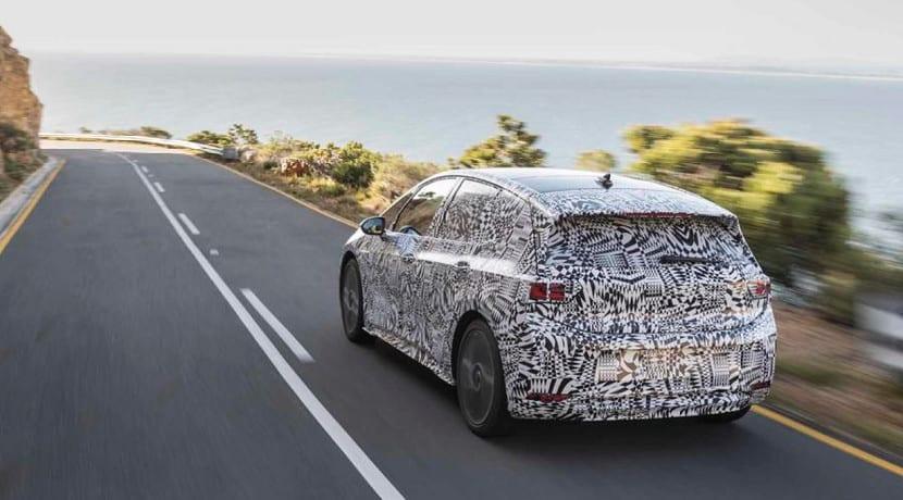 Volkswagen ID camuflado probándose por carretera