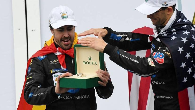 Fernando Alonso con su premio por la victoria de las 24h de Daytona