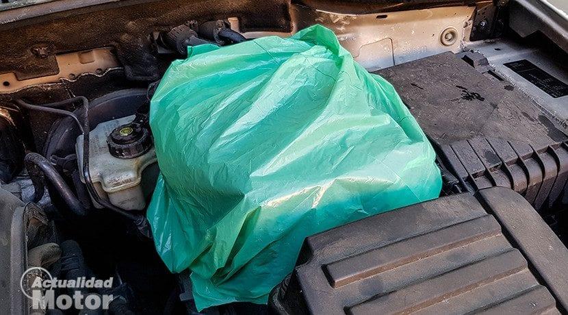 Cubrir con bolsas las partes sensibles antes de limpiar el motor con manguera