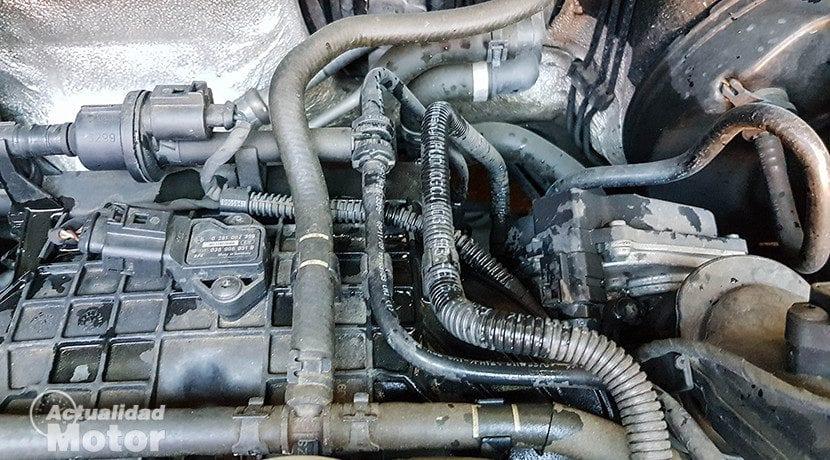 Lavar manguitos y partes de plástico al limpiar el motor del coche