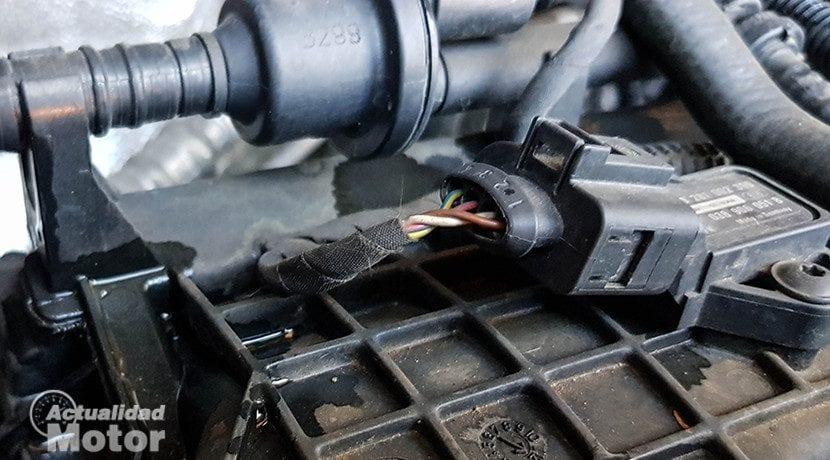 Limpiar el motor del coche sin usar agua para no dañar componentes eléctricos