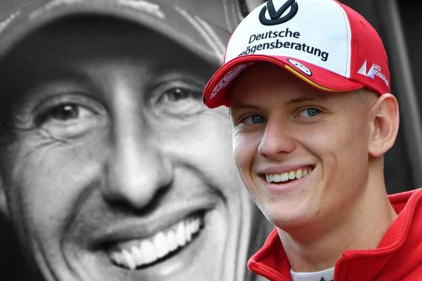 Mick Schumacher con la imagen de su padre de fondo