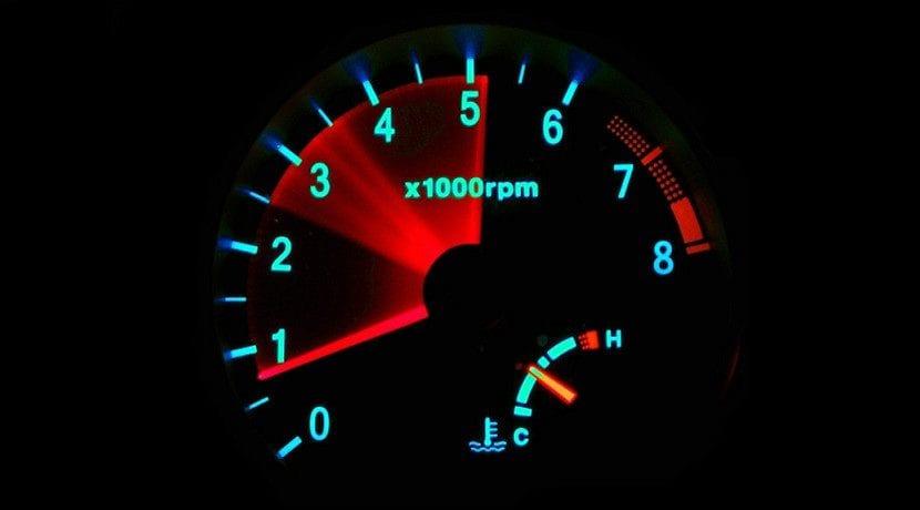 Revolucionar coche para quitar carbonilla