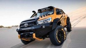 Toyota Hilux sobre una duna del desierto