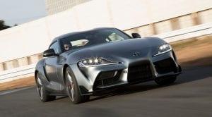 Toyota Supra corriendo en circuito