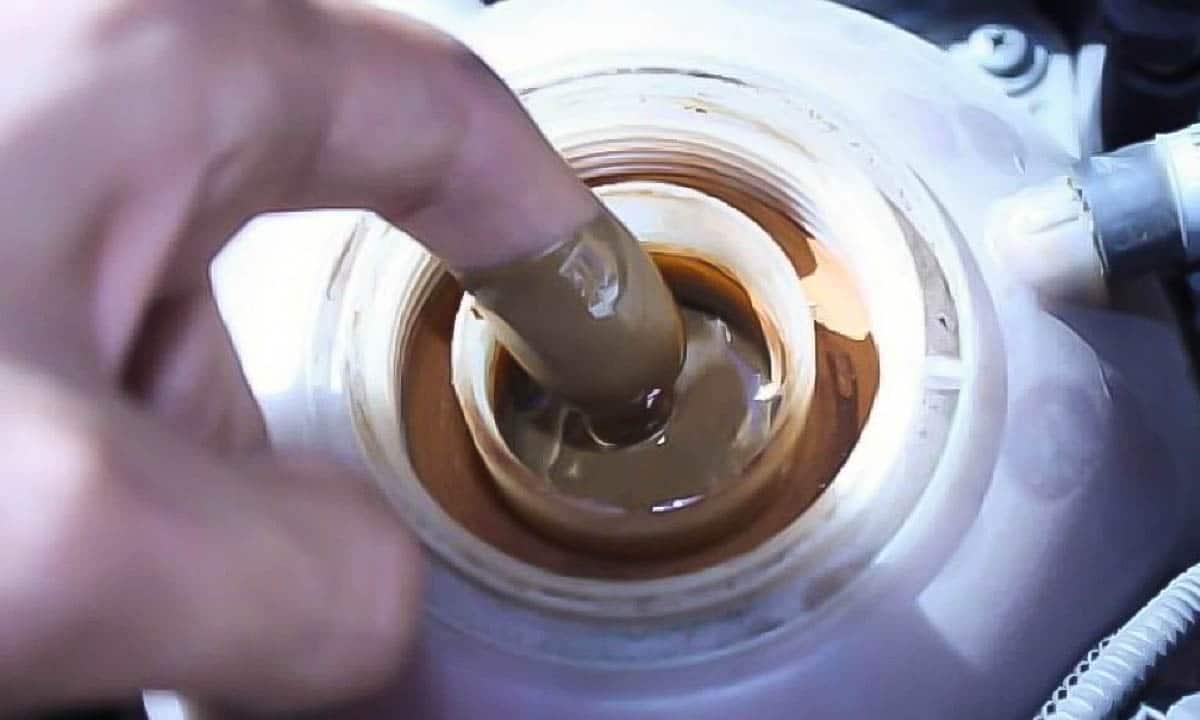 Mezcla de aceite y anticongelante en el vaso expansor del coche