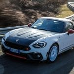 Frontal del Abarth 124 Rally Tribute Edition en movimiento