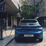 Peugeot e208 cargando