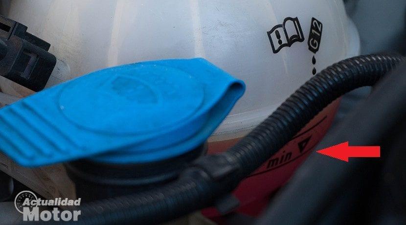 Nivel correcto de anticongelante en el mantenimiento del radiador del coche.