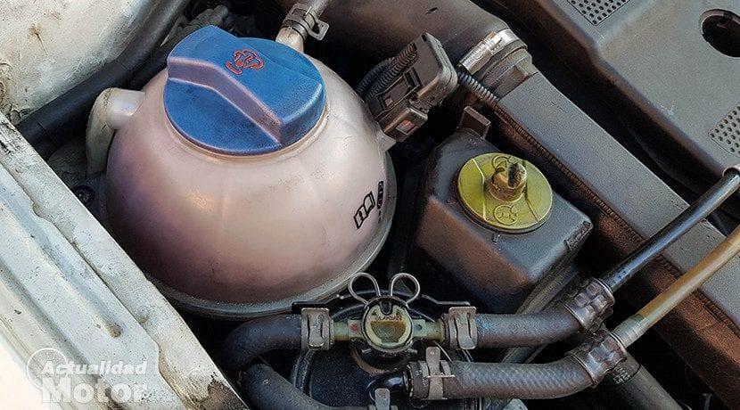 Sistema de refrigeración viejo: radiador, vaso de expansión.