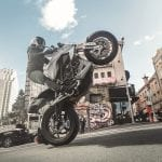 La moto eléctrica Zero SR/F haciendo un caballito
