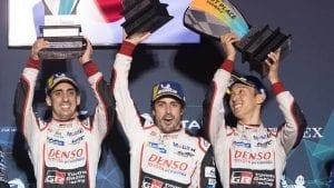 Victoria de Alonso en el podio con sus compañeros de Toyota