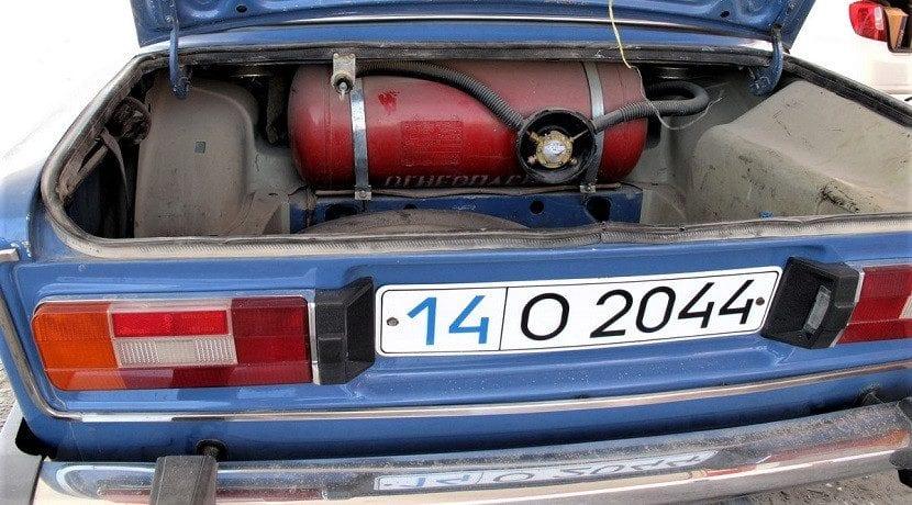 Coche a gas muy antiguo. Una tecnología muy probada una buena opción de compra de un coche frente a la gasolina, diésel, híbrido y eléctrico, dependiendo del tipo de uso.