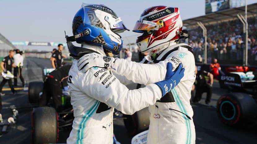 Bottas y Hamilton felicitandose tras la clasificación del GP de Australia 2019