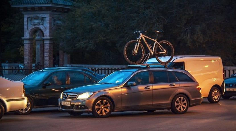 Llevar la bicicleta encima del coche. Portabicicletas de techo.