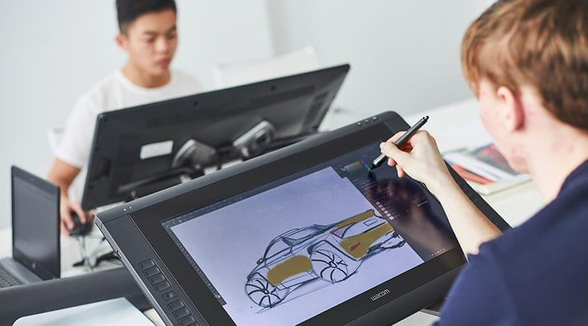 Alumnos de la escuela Skoda Student Car trabajando en prototipo