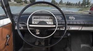 Antiguamente así eran los salpicaderos de nuestros coches. Aquí el interior de un Seat 124.