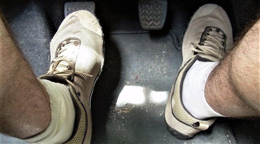 Pisar el pedal de embrague para ajustar el cable