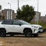 Toyota Rav4 2019 220H 4x2 Feel! en la prueba con el Pirulí de Madrid detrás