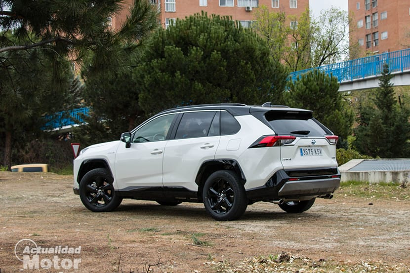 Vista trasera del Toyota Rav4 2019 220H 4x2 Feel! en la prueba