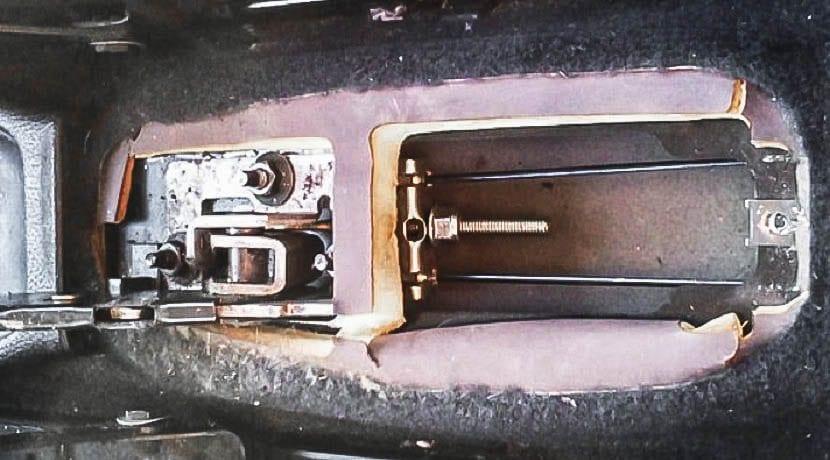Ajustar o tensar el freno de mano desde el interior del coche desmontando el panel
