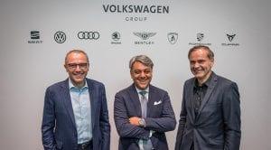 Stefano Domenicali, Luca de Meo y Oliver Blume en Automobile Barcelona